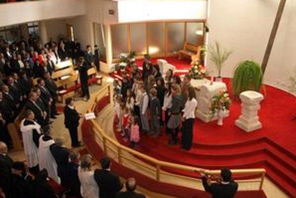 Nový kostol. Slávnostnej posviacky sa zúčastnilo vyše 1 200 veriacich.