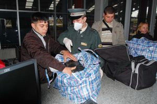 Hraničná kontrola. Mnohí Ukrajinci, ale aj Slováci cestujú bez ochranných rúšok.