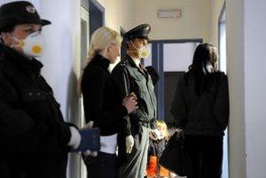 Ukrajinskí cestujúci čakajú na lekárske vyšetrenie na hraničnom priechode vo Vyšnom Nemeckom.