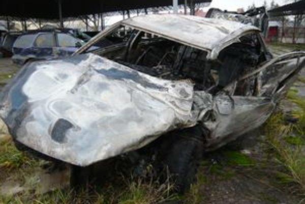 Zhorený Passat. Auto takto zničil náraz, výbuch a silný požiar.