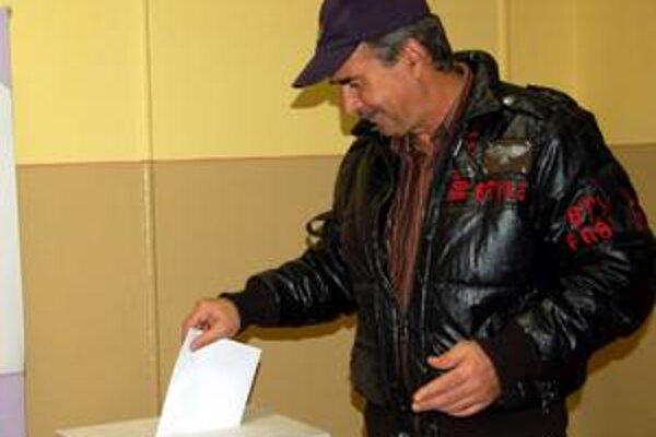 """Jeden zo šestnástich. Tento muž bol jedným z mála, ktorí prišli do okrsku Podskalka voliť. Do piatej popoludní sem zo 720 oprávnených voličov našlo cestu """"až"""" 16!"""
