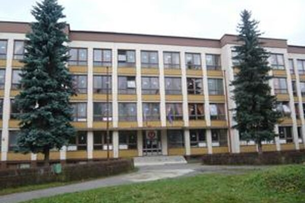 ZŠ Komenského. Žiaci zo sociálne znevýhodnených rodín tu v minulom roku vymeškali tisíce hodín.