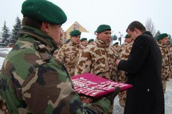 Návrat z misie. Vojakov, ktorí slúžili v Afganistane, včera odmenili v Michalovciach.