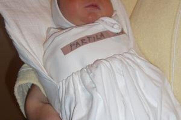 Jakub Partila sa narodil v Nemocnici A. Leňa v Humennom presne na Štedrý deň o ôsmej ráno. Doma sa na neho tešia dvaja starší bratia a sestrička. Babka dnes roznesie noviny s jeho fotkou hrdo po obci. Je totiž poštárka.