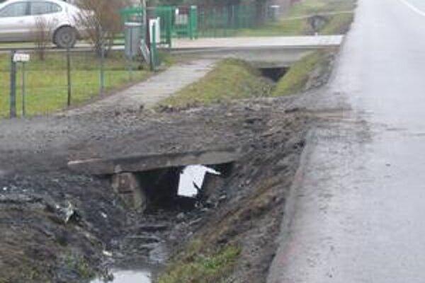 Osudné miesto. Po nezvládnutí ostrej pravotočivej zákruty vo vysokej rýchlosti do tohto betónového mostíka passat narazil.