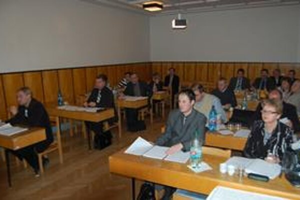 Sobranskí poslanci si zasadnutie naplánovali tak, aby mohli doma fandiť slovenským futbalistom.