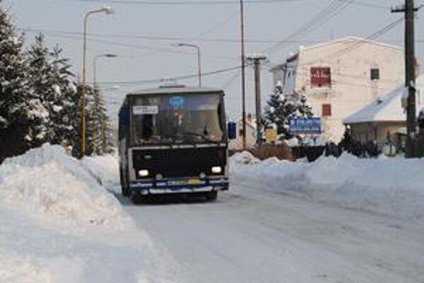 Sadová. SAD nemohla na túto ulicu pustiť autobus kvôli snehu po bokoch cesty, preto bola z dvojsmerky jednosmerka.