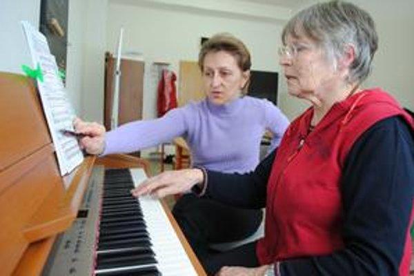 Dôchodkyňa Daria Dobrá s učiteľkou klavíra Danou Onuškovou.