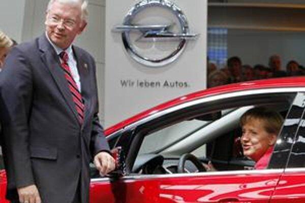 Kancelárka Angela Merkelová sa značke Opel, ktorej chce Nemecko pomôcť, nevyhla ani včera na autosalóne.