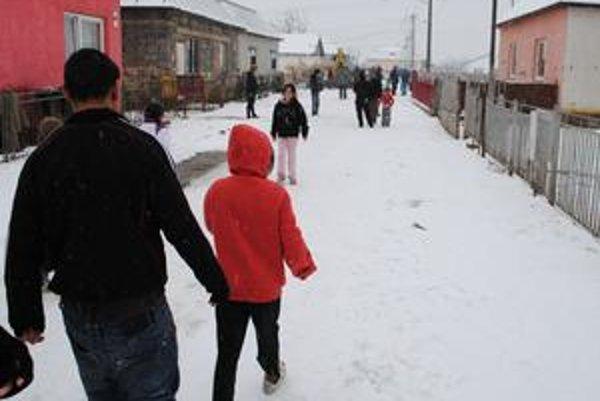 Rómovia. Prídavky na deti radšej poberajú v zahraničí.