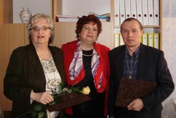 Ocenení. (Zľava) Mária Hargašová, riaditeľka úradu práce Tatiana Raničová a Vladimír Tkáčik.