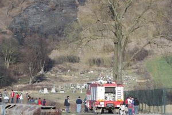 Klasika. Požiare suchej trávy v okolí osady Podskalka sú pred Veľkou nocou tradíciou už niekoľko rokov. Najhoršie je, že sa rozširujú na miesta, kam sa hasiči s technikou nedostanú a plamene ohrozujú les.