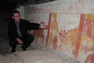Stanislav Zimovčák ukazuje tristoročné renesančné fresky. Nachádzajú sa po oboch stranách podkrovia.