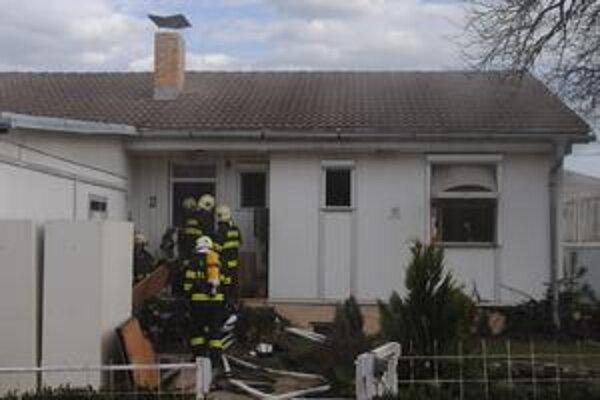 Dom v plameňoch. Hasiči zasahovali s dýchacími prístrojmi.