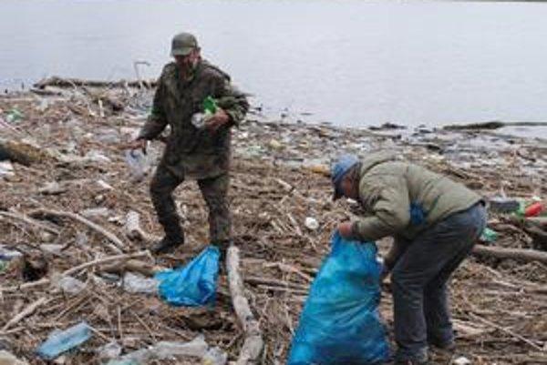 Čistenie pláže. Rybári a obec Vinné vyzbierali v rekreačnom stredisku až 350 vriec odpadu.