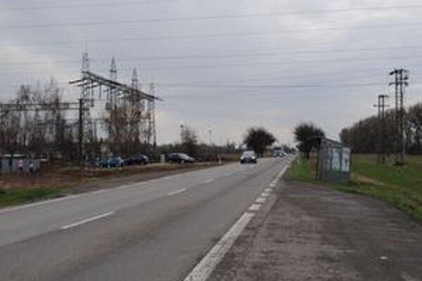 Úsek pred odbočkou k elektrickej stanici. Ak ide v týchto miestach vodič odbočovať doľava, hrozí, že vodič za ním si jeho smerovku vysvetli ako signalizovanie predchádzania auta pred ním a nespomalí.