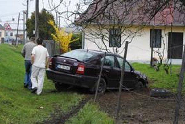 Nehoda. Na ostrej zákrute nie sú zvodidlá. Autá vyletujú z cesty priamo na pozemok dôchodcu.