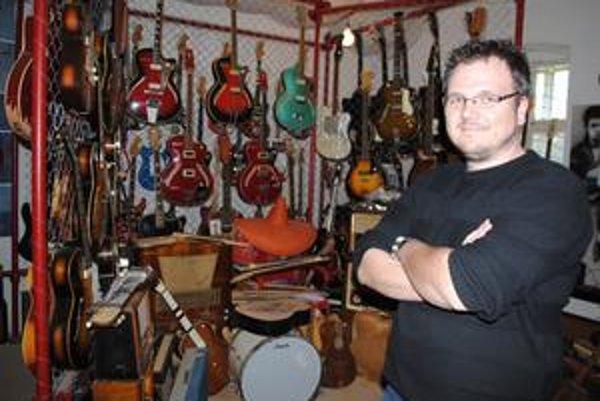 Gitarové múzeum. V šľapajách otca pokračuje syn. V múzeu je 660 gitár.