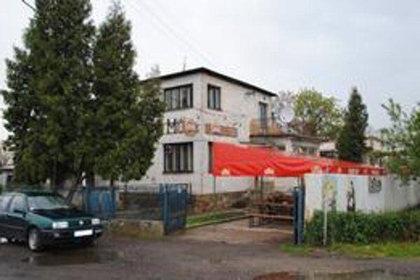 Uneseného Michalovčana bili v pivnici pohostinstva neďaleko zimného štadióna. Vpredu je auto, ktoré použili únoscovia.
