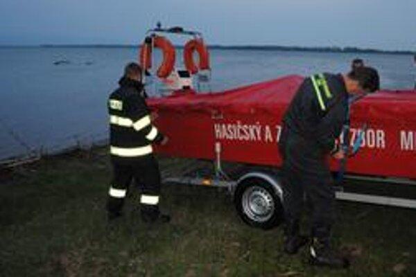 Zo Šíravy vytiahli surfistu a dvoch mužov, čo mu plávali na pomoc.