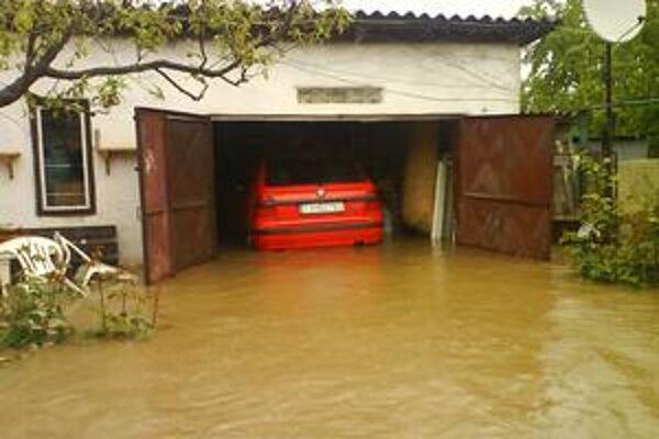 Všetko si nafoťte. Takúto fotku ukáže poisťovni jeden muž z Čerhova z okresu Trebišov. Voda prišla totiž tak rýchlo, že auto nestačil preparkovať.