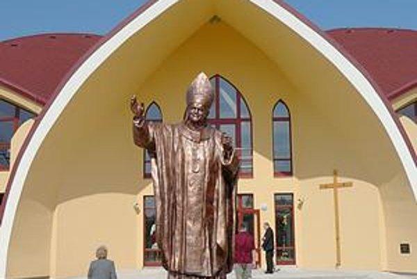 Socha Jána Pavla II. Stojí pred kostolom Najsvätejšieho srdca Ježišovho v Michalovciach.
