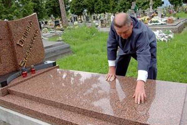 Vázy zmizli. Správca cintorína Michal Bača ukazuje, kde boli vázy na hrobe. Už nie sú.