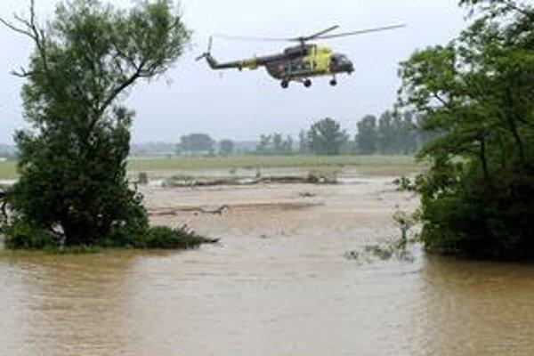 Voda opäť zlomila hrádzu na Ondave.