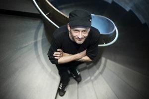 Agda Bavi Pain (47) pochádza zo starej košickej rodiny, študoval scenáristiku adramaturgiu na VŠMU vBratislave. Debutoval vroku 2002 zbierkou básní Kosť&Koža, neskôr vydal zbierku básní Euröpain, knihu poviedok More. Love. Čajky. Za román Koniec sveta získal vroku 2009 Veľkú cenu za východoeurópsku literatúru. Tvorí aj pre film, divadlo, televíziu aj reklamu. Vroku 2013 vznikol podľa jeho predlohy film Babie leto. Žije vBratislave.