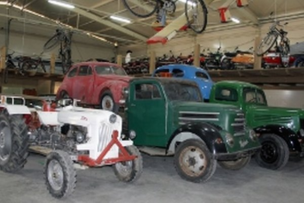 Múzeum prioritne predstavuje staré vozidlá a motocykle.