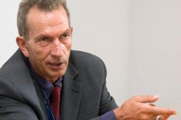 """Nikolaos """"Nick"""" Manoudakis (na fotke) je pôvodom Grék a narodil sa v roku 1957. Študoval v oblasti účtovníctva, financií a informatiky na University of California v Berkeley, ktorú absolvoval s najvyšším vyznamenaním. Spolupracoval v tíme, ktorý vypracová"""