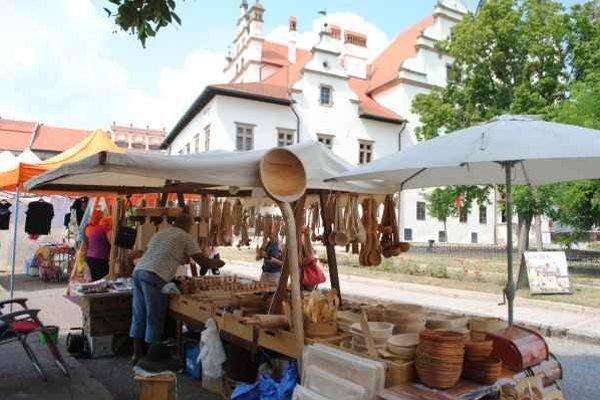 Remeselné trhy. V ponuke boli aj drevené výrobky do kuchyne.