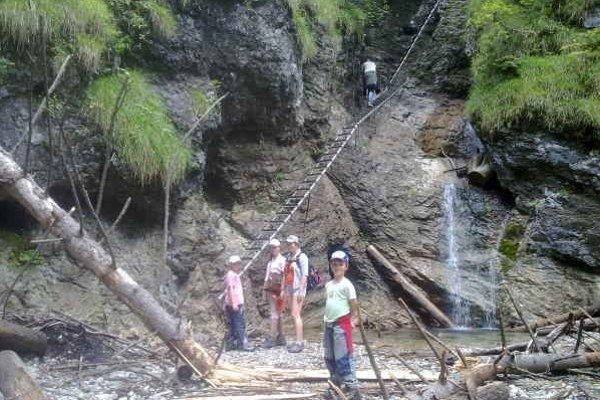Turisti v Raji. Najväčším lákadlom sú trasy s rebríkmi.