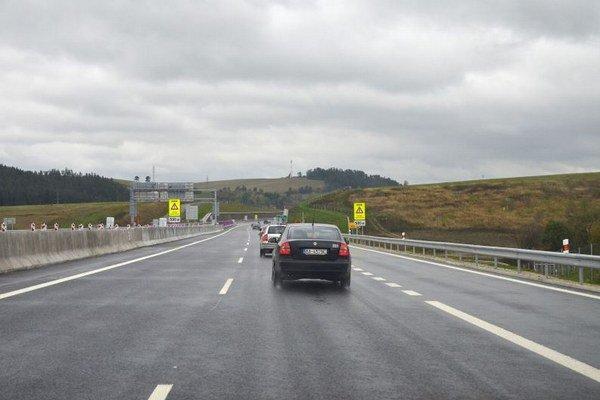 Prvé vozidlá na I. úseku novootvorenej diaľnice D1 Jánovce – Jablonov.