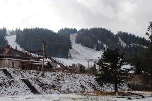 Lyžiarske svahy. Pre lyžiarov sú už pripravené. Sezóna sa začala.