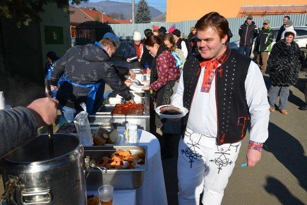 Dobré jedlo avýborná atmosféra. Pre Kluknavčanov bolo na prvej fašiangovej akcii vhistórii obce pripravených šesťsto porcií. Na chutné jedlo sa čakalo vdlhom rade.