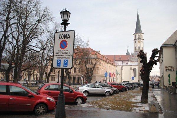 Parkovanie v centre mesta od nového roku zdraželo.