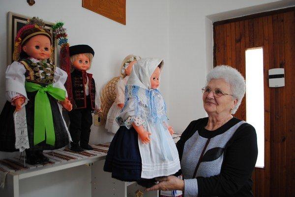 Krojované bábiky. Zdobia domácnosť seniorky.