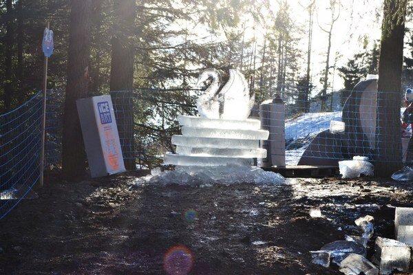 Ľadové sochy na Hrebienku. Niektoré stáli na blate, polovicu znich už teplo úplne pochovalo.