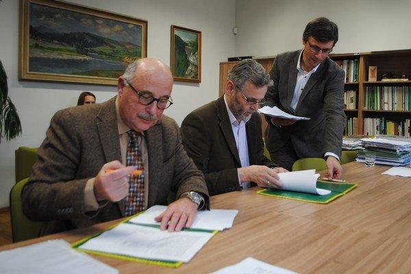 Zľava Michal Bittšanský, Milan Boroš a Tomáš Dražil pri podpise budúcej zmluvy.