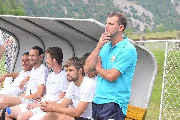 Starostí sútočnou aktivitou. Tréner Krompách Rudolf Pavlík (vpravo) má starosti, ako vylepšiť útočný prejav mužstva.