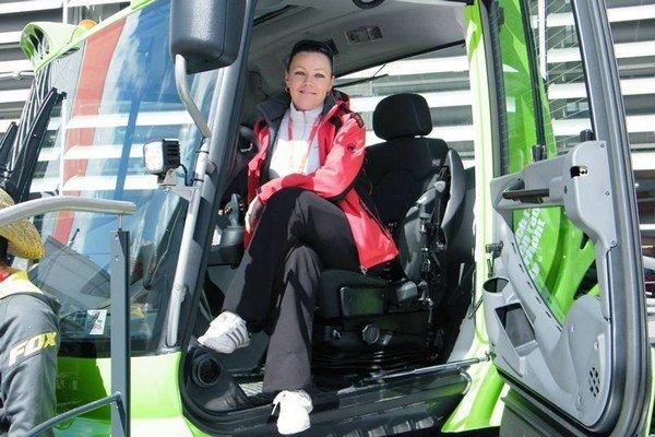 Lucia Šoltisová je prvou ratrakistkou na Slovensku. Pracuje aj ako asistentka riaditeľa, jazda vratraku jej ale prináša potešenie.