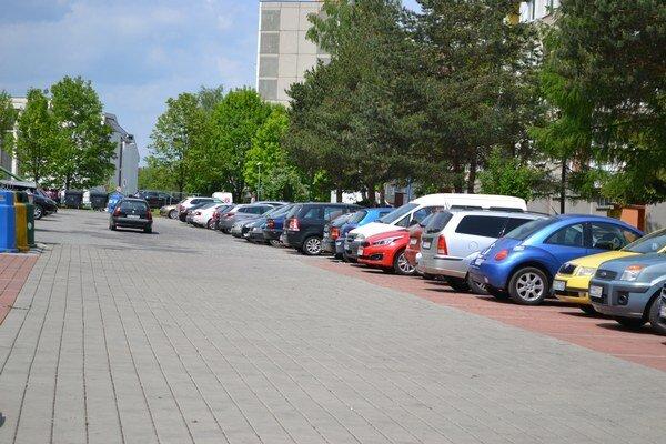 Na popradskom sídlisku. Ľudia zastavujú autá aj vstrede parkoviska.