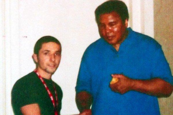 Celoživotná pamiatka. Novovešťan P. Urich ml. mal tú česť odfotiť sa slegendou Muhammadom Alim.