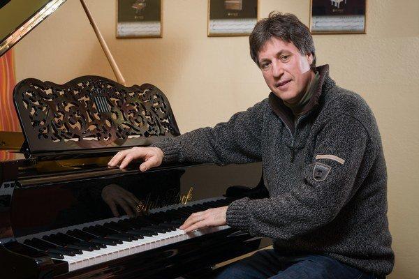 Richard Šulc. Pri jednom zrekonštruovaných klavírov.