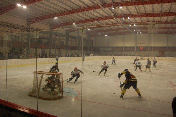 Ožije gelnický zimák. Gelnickí hokejisti už budú trénovať a hrať vo svojom hokejovom stánku.
