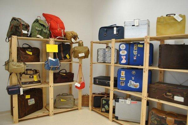 Cestovné tašky, kufre, chlebníky. Nechýbajú medzi nimi aj športové tašky našich olympionikov.