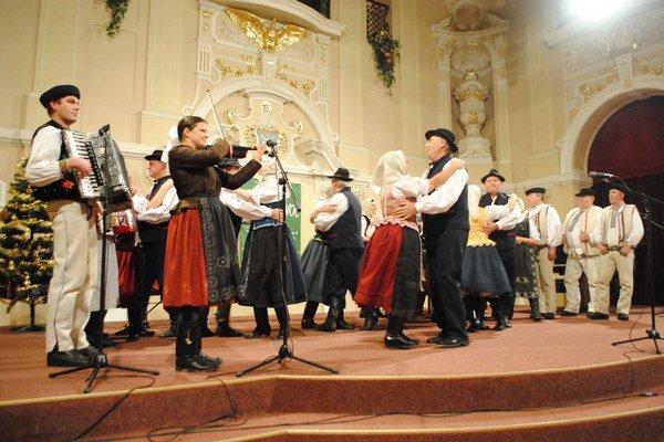 Vystúpenie FS Harihovčan a Poračan. Pripomenuli tradície na Štedrý deň.