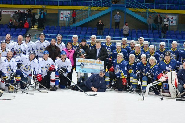 Veľká hokejová rodina zo Spiša bola na sviatky doma. Stretnutím A – mužstva s výberom amatérskej ligy odštartovali vianočné sviatky plné hokeja.