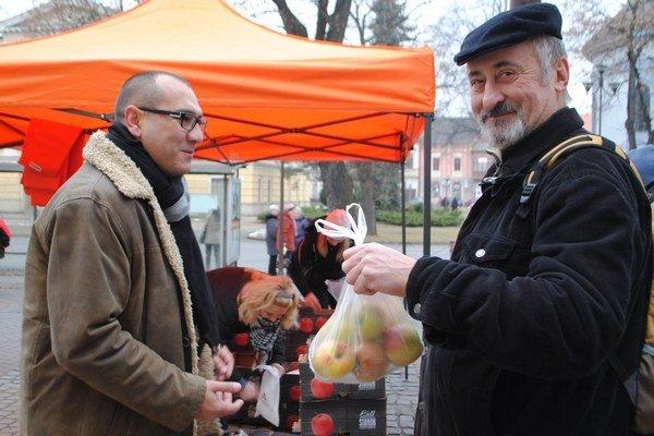 S. Vospálek. Pri rozdávaní jabĺk.